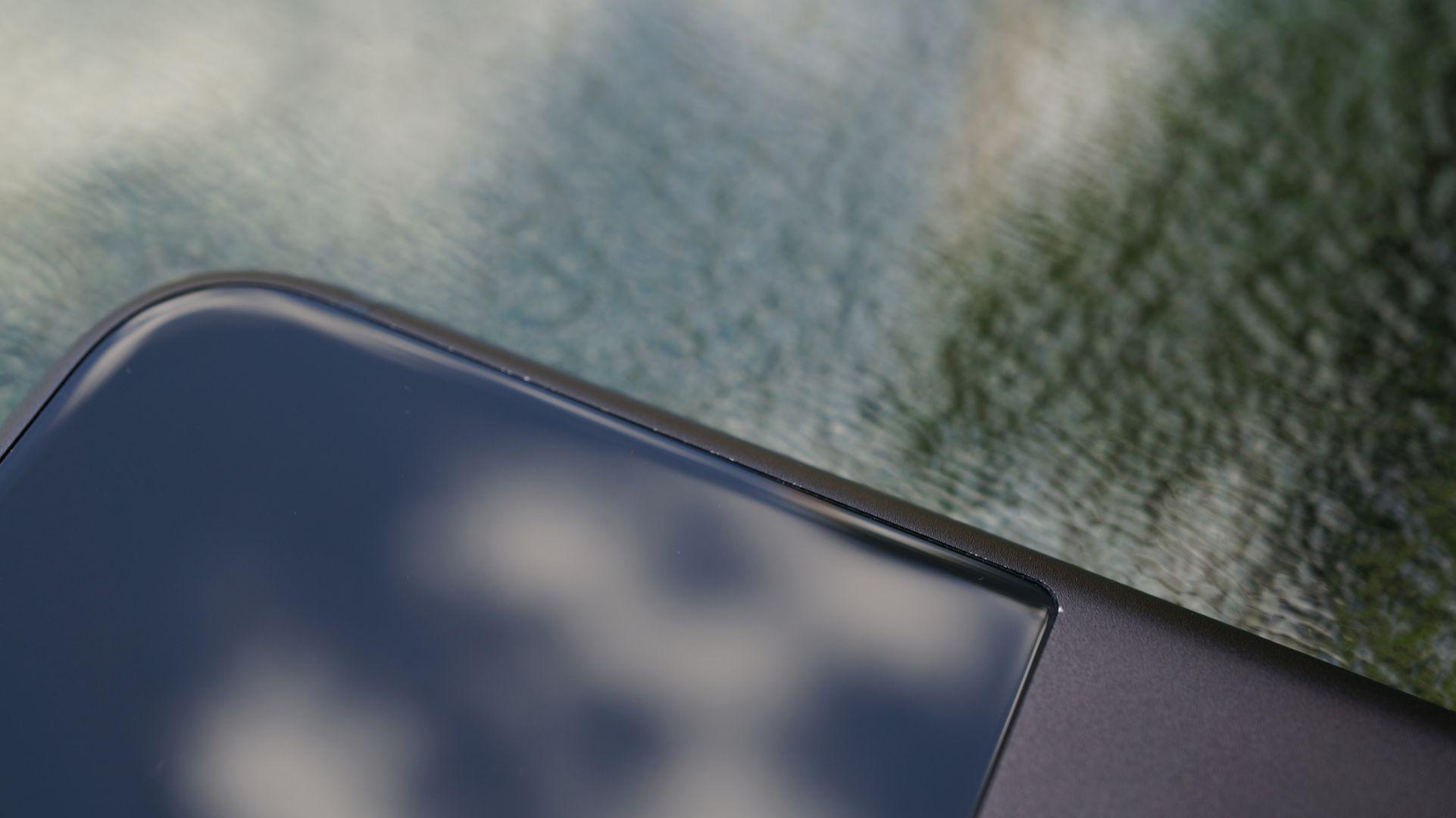 En mindre konstruktionsmiss på vårt exemplar av Pixel XL, där glasstycket sitter några tiondelar av en millimeter för djupt försänkt i metallchassit, skapar obekväma och vassa metallkanter som sticker ut, och den grå färgen skavs bort.
